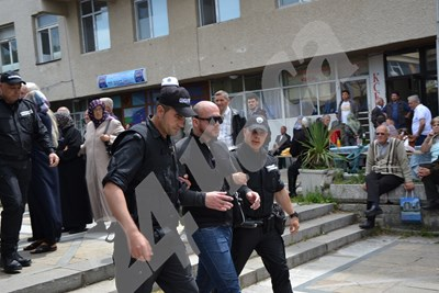 В полицейското управление са били отведени и тримата участници в сблъсъка на площада в Джебел. СНИМКА: Ненко Станев СНИМКА: 24 часа