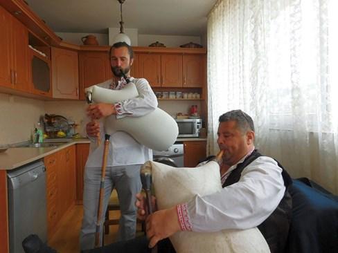 Матю Паркс и гайдарят Петър Янев по време на урок