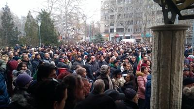 Хиляди се събраха в Пловдив пред Второ РУ да защитят д-р Димитров. Снимки: Авторът
