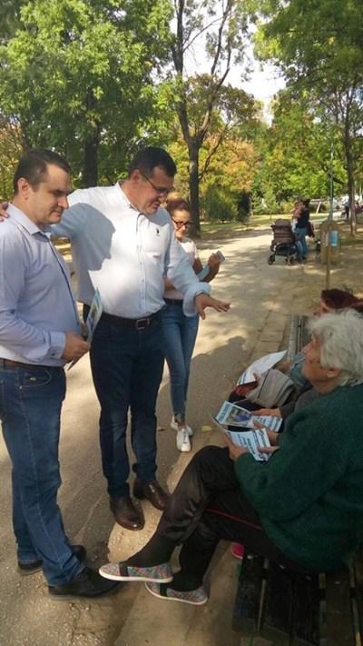 """Славчо Атанасов и Апостол Шопов разговарят с възрастни хора по градинките в """"Тракия""""."""