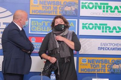 Малина Крумова разговаря със зам.-министър Ангел Попов преди дискусията с автошколите СНИМКА: Румяна Тонeва