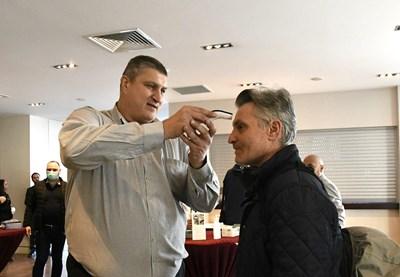 Любо Ганев мери температурата на фоторепортера Николай Варадинов на общото събрание, на което бе избран за президент на волейбола.