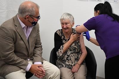 Австралийският премиер Скот Морисън присъства на ваксинацията на възрастна жена в Сидни - първата инжекция в страната. Австралия закъсня с имунизационната си кампания срещу COVID-19, която започна в неделя. СНИМКА: РОЙТЕРС