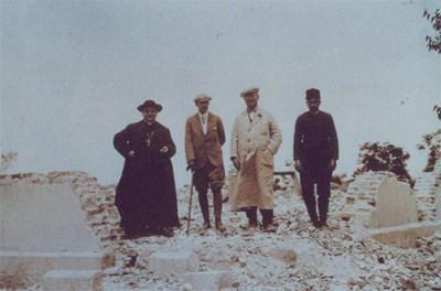 Бъдещият папа - Анжело Ронкали (вляво) и цар Борис III  (вторият от ляво на дясно) отиват в Чирпан след разлушителното земетресение  през 1928 г.   СНИМКА: АРХИВ НА КАТОЛИЧЕСКАТА ЕКЗАРХИЯ