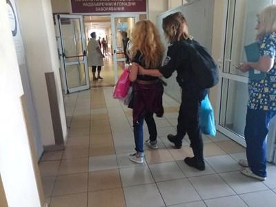 Снимка, на която се вижда как Десислава Иванчева е с пранги на краката в болницата, бе публикувана на фейсбук страницата и? в четвъртък. Оказа се, че тя е от миналата седмица.