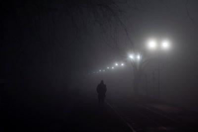 Мъж върви сред гъстата мъгла и смог в Белград. Снимка РОЙТЕРС