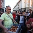 Адв. Николай Хаджигенов раздава яйца на протестиращи, които впоследствие биват  хвърлени по сградата на Министерски съвет СНИМКА: Николай Литов