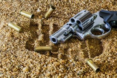 Ако убийството е извършено с помощта на огнестрелно оръжие, трябва да бъдат взети всички мерки, за да се намерят куршумите, гилзите (ако изстрелът е произведен с автоматично оръжие), следите от опушване и действие на пламъка, следи от механически повреждания от изстрела и т.н.