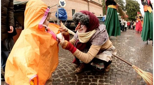 Най-странните празнични традиции: Във Венецуела карат ролкови кънки, в Ирландия черпят дядо Коледа с уиски