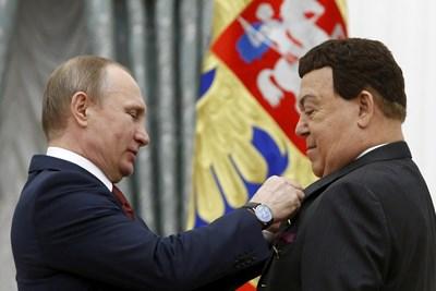 Путин награждава Кобзон с голямо национално отличие. СНИМКА: РОЙТЕРС