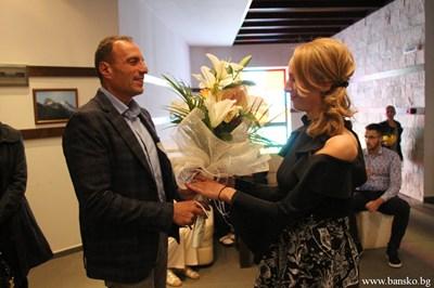 Кметът Георги Икономов поздравява авторката Ружа Рускова.СНИМКИ: ОБЩИНА БАНСКО