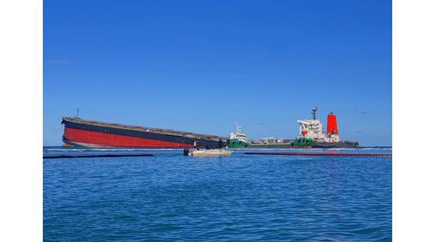 Петролен разлив край бреговете на Мавриций