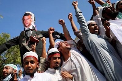 Чучело на френския президент Еманюел Макрон беше изгорено от протестиращи мюсюлмани в Бангладеш СНИМКА: Ройтерс