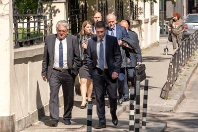 Бойко Рашков (вляво) и Елена Фичерова (зад него) отиват към сградата на МВР.
