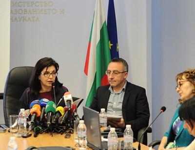 Министър Меглена Кунева и заместникът  Диян Стаматов шефката на дирекцията за образователни програми и образователно съдържание Евгения Костадинова представят резултатите от проведените матури.