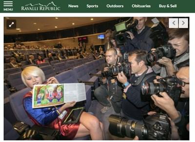 """Британската артистка, музикантка и противничка на Брекзита Мадлейна Кей седна на първия ред в костюм на """"Евро супергърл"""" и даде импровизирана пресконференция пред журналисти Факсимиле: ravallirepublic.com"""