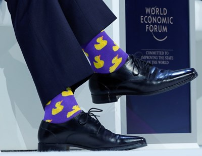 Чорапите на жълти патета, с които канадският министър-председател се появи в Давос. СНИМКА: РОЙТЕРС