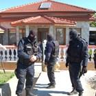 Маскирани ченгета блокираха къщата на лихварите