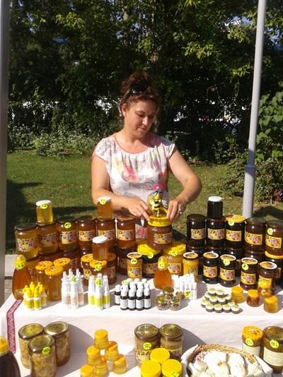 Денка Иванова и съпругът й имат пчелин край Пънчево, община Средец.