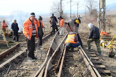 Работници ремонтираха днес по спешност разбития железен път до прелеза в западния край на град Шивачево. СНИМКИ: Авторът СНИМКА: 24 часа
