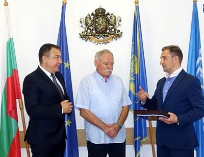 В присъствието на Николай Димитров кметът на Звездното градче Евгений Баришевски връчва на Георги Иванов поздравителни адреси от руски космонавти.