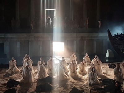 """Около 100 артисти изпълниха сцената на Античния театър в оперния спектакъл """"Орфей и Евридика"""" в събота вечерта.  СНИМКИ: АВТОРЪТ"""