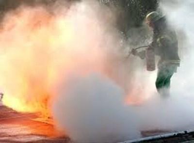 Пожарникар гаси пламъците. Снимката е илюстративна. СНИМКА: Pixabay