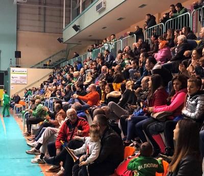 """На домакинските мачове на мъжкия отбор на ВК """"Люлин"""" има сериозно присъствие на зрители."""