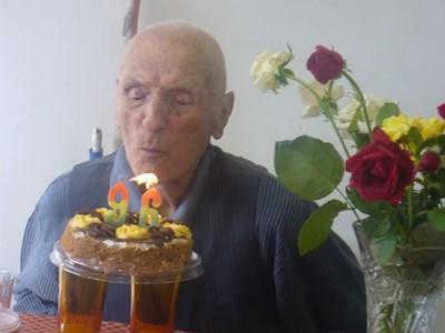 Рожденикът Илия Карагонов духна от раз свещичките от тортата, което всички разтълкуваха като добър.