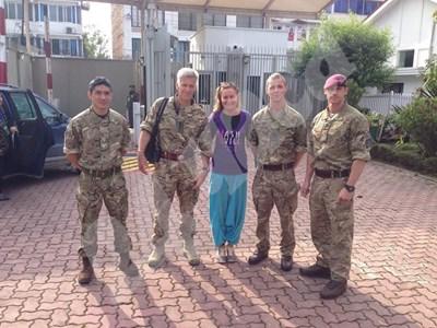 Татяна Матева се е снимала за спомен с британските войници пред посолството на Лондон в Катманду. СНИМКА: 24 часа