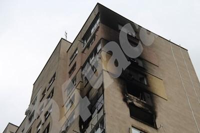 От десетия етаж нагоре всички апартаменти са опушени, напълно са унищожени жилища на десетия и на единайстия етаж. Снимка: Авторът СНИМКА: 24 часа