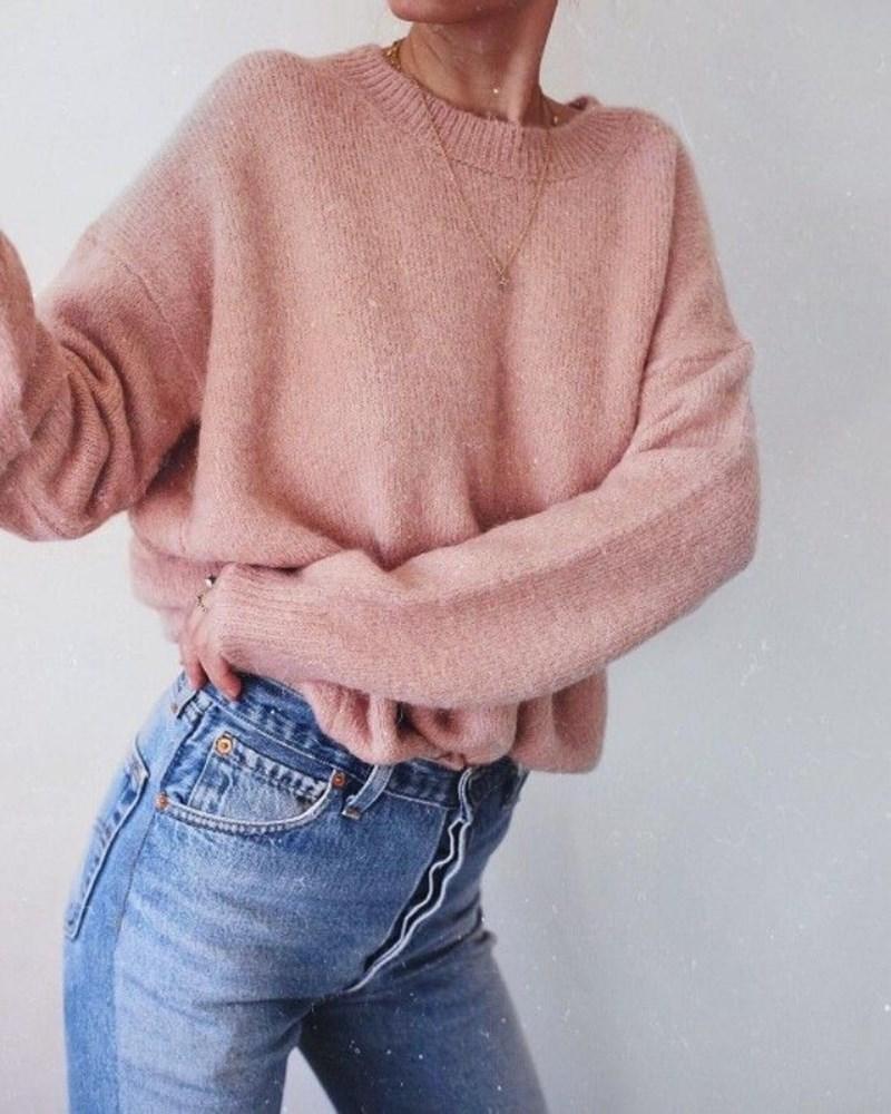 Дебелият вълнен  пуловер може да ви изпоти от жега.