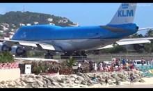 Самолет издухва хора от плажа