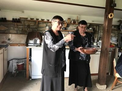 Росица и Цанка очароват туристите с домашни рецепти.