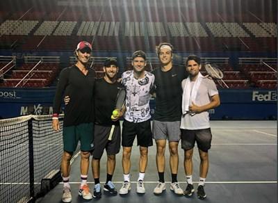 Григор Димитров и Тейлър Фриц (вдясно до него) в Акапулко. Най-вляво е Кристиан Гро, треньор на Димитров. Германецът преди е работил с Фриц.