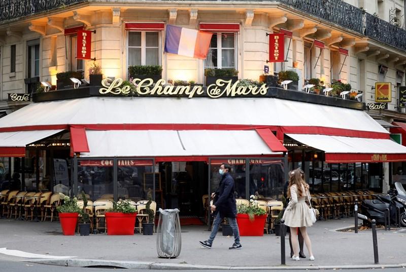 Ресторантите в Париж опустяха преди националната блокада във Франция, която влиза в сила от петък.
