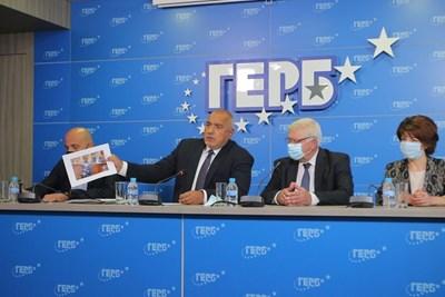Бойко Борисов показва снимка на двамата министри Асен Василев и Стойчо Кацаров без маски в пленарната зала на парламента. СНИМКА: Румяна Тонева