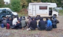 Арест за иракчанин и българин, ескортирали кемпер с 23 нелегални мигранти