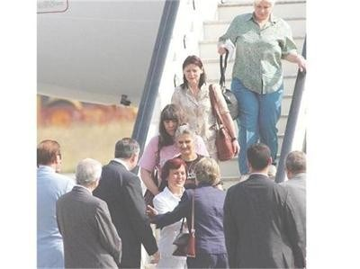 Медиците и близките им се радват на летище София на 24 юли 2007 г. СНИМКА: ЙОРДАН СИМЕОНОВ