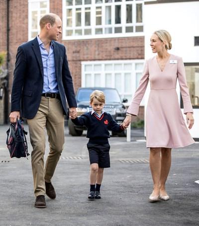 """Принц Уилям и учителка водят принц Джордж за първия му учебен ден в училището """"Томас Батерсий"""" в Източен Лондон през 2017 г. СНИМКА: РОЙТЕРС"""