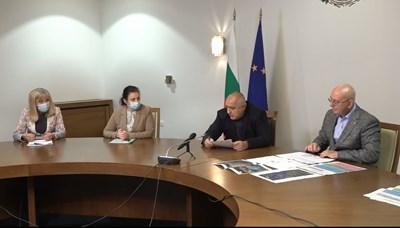 Премиерът Бойко Борисов събра тримата министри в петък следобед. На срещата той поиска да се работи координирано, защото няма значение кое министерство е виновно, когато има проблем.
