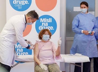 Ваксинират против COVID?19 първия човек в Хърватия Бранка Анишич СНИМКА: Ройтерс