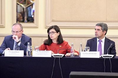 Съдия №1 Лозан Панов, вицепремиерът Меглена Кунева и президентът Росен Плевнелиев (от ляво на дясно) на антикорупционен форум на Центъра за изследване на демокрацията.