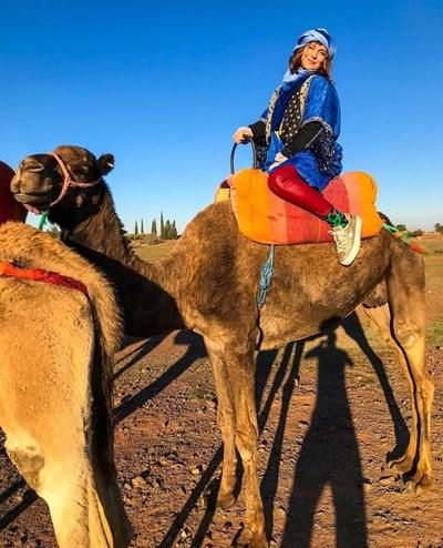 Божана язди камила. СНИМКА: ОФИЦИАЛЕН ФЕЙСБУК ПРОФИЛ НА КАЦАРОВА