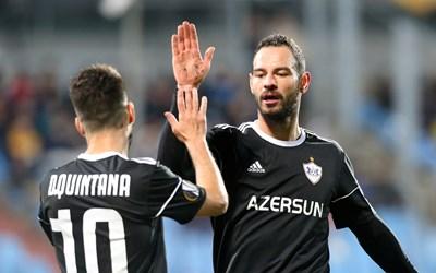 """Симеон Славчев поздравява съотборника си Дани Кинтана при последния си мач за """"Карабах"""" - победата с 4:1 в гостуването на """"Дюделанж"""" в Лига Европа на 3 октомври. СНИМКА: РОЙТЕРС"""