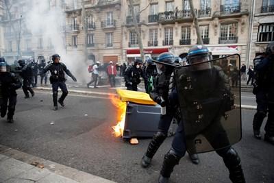 При протестите за пенсионната реформа Париж заприличва на бойно поле СНИМКА: РОЙТЕРС