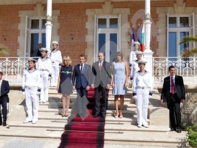 Макрон и съпругата му Бриджит бяха посрещнати от българския държавен глава и неговата първа дама Десислава. СНИМКИ: ПИЕР ПЕТРОВ СНИМКА: 24 часа