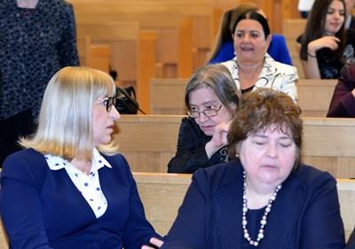 Министърът на правосъдието Цецка Цачева на конференция за 50 г. от влизането в сила на НК в Софийския университет разговаря с адвокат Даниела Доковска. До тях е председателят на адвокатския съвет Ралица Негенцова. СНИМКА: Йордан Симeонов