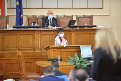 Парламентарната трибуна се дезинфекцира на всеки час, а депутатите стоят с маски в пленарната зала.