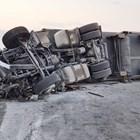 След като се обърнал, 30-тонният турски тир препречил насрещното платно и помлял 4 автомобила, пътуващи към София.